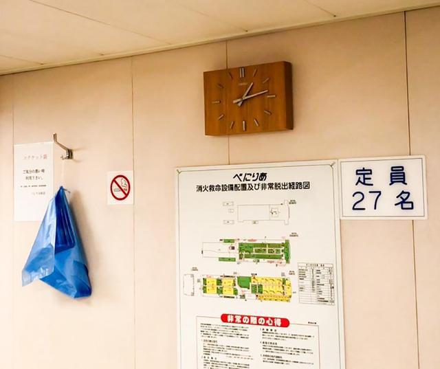 画像: 北海道着岸直前のフェリーの中。青い袋はエチケット袋(笑)。