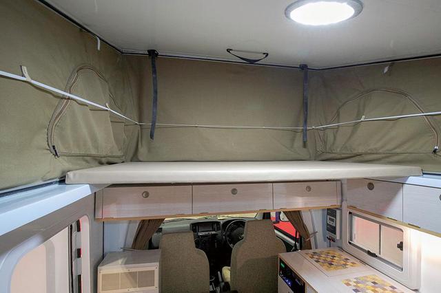 画像: ポップアップテントにより、快適な車内高を実現。荷物を置いておける。