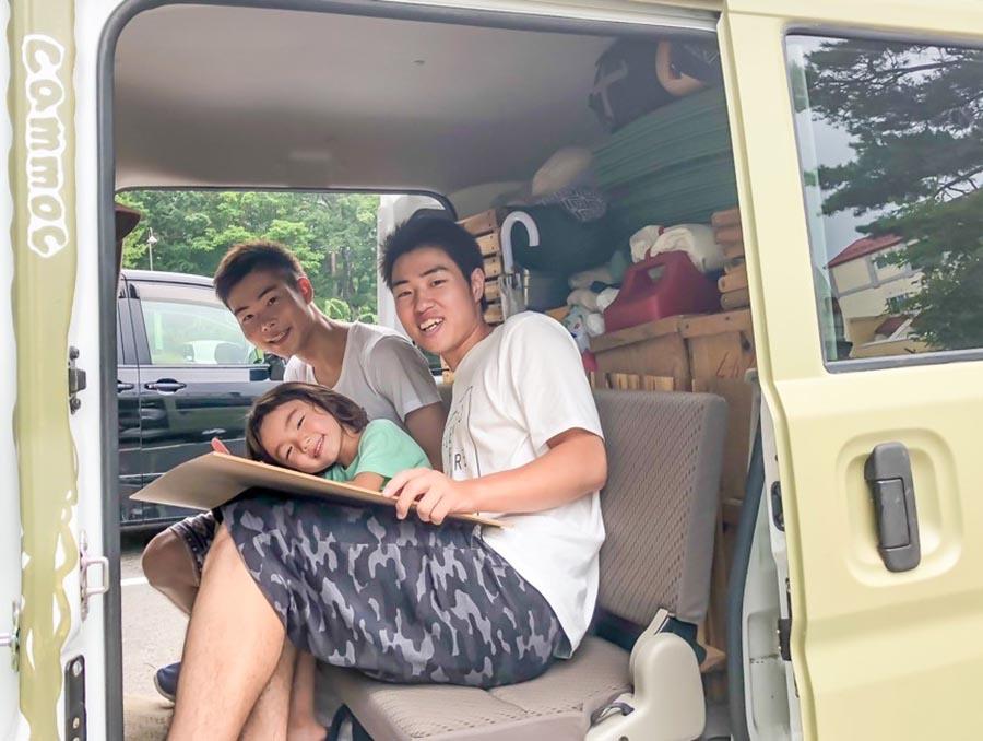 画像: 埼玉県から宮城県まで一泊二日で一緒に旅したヒッチハイカーの2人と。アリとおかあさんのキャンプグッズを使ってもらって一緒にキャンプ。彼らの人生初のキャンプだった。