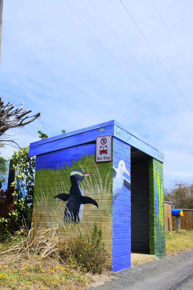 画像: ニュージーランドでは、紙幣にも描かれているいるように、ペンギンは国民的英雄だ。ある地で見かけたバス停。