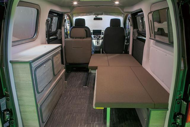 画像: 一人分のベッドと、積載スペースを確保したレイアウト。