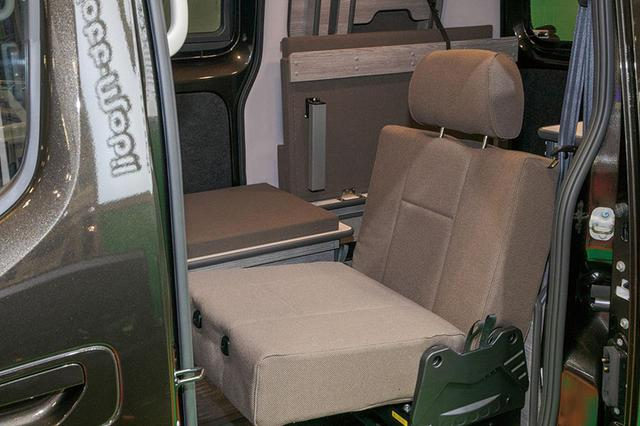 画像: 3人乗りを設定できるのは、バン登録ならでは。1人用シートの採用で、より車内の空間バリエーションが豊富になっている。ベンチレーターが付けられるのも、バンの特権と言える。