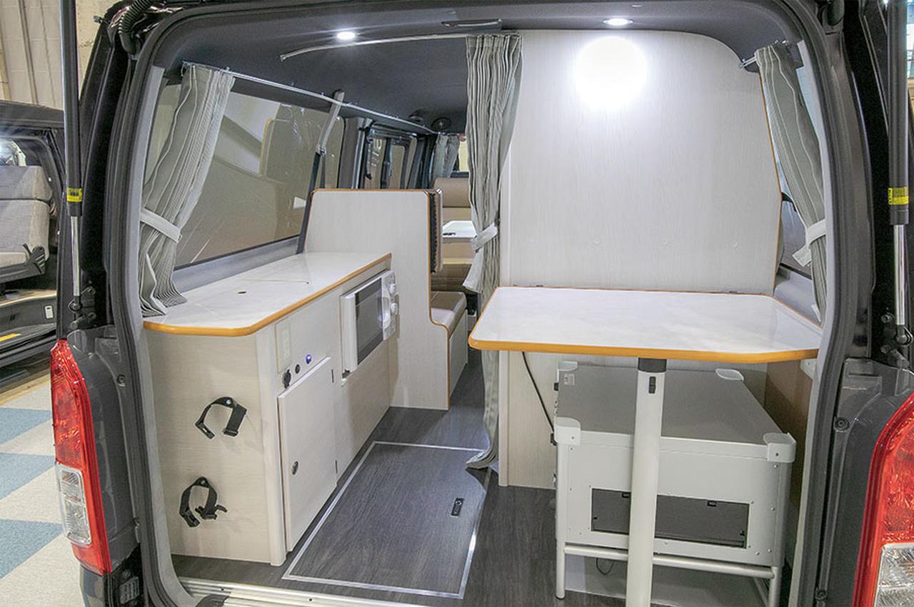 画像: 後部にはトイレや調理台を配置。車両後部は、カーテンを閉めることで、プライベートな空間になるよう配慮されている。