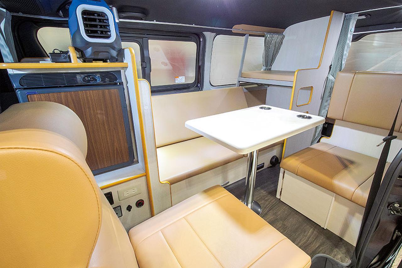 画像: ダイネットは2名分の対座シートに加えて、ソファーを採用。