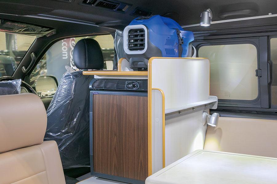 画像: 運転席の背後には、ミニクーラーと冷蔵庫を装備。エンジンを切っても冷風を送ってくれるので、閉め切った車内でも快適。