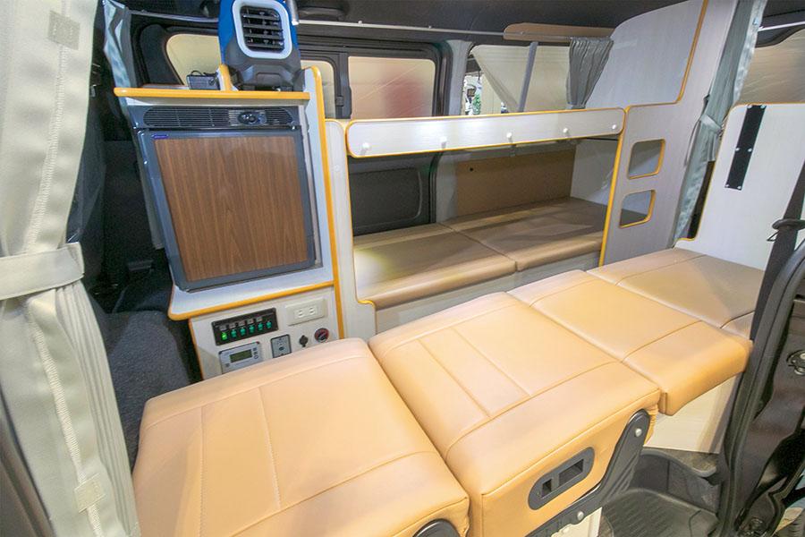 画像: 車内は大人3人が寝泊まりできるよう設定されている。