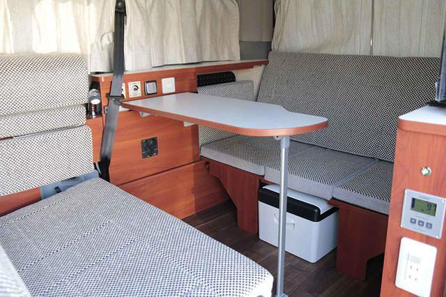 画像: NV200ベースの車中泊カー「キャネル」のリビングモード。