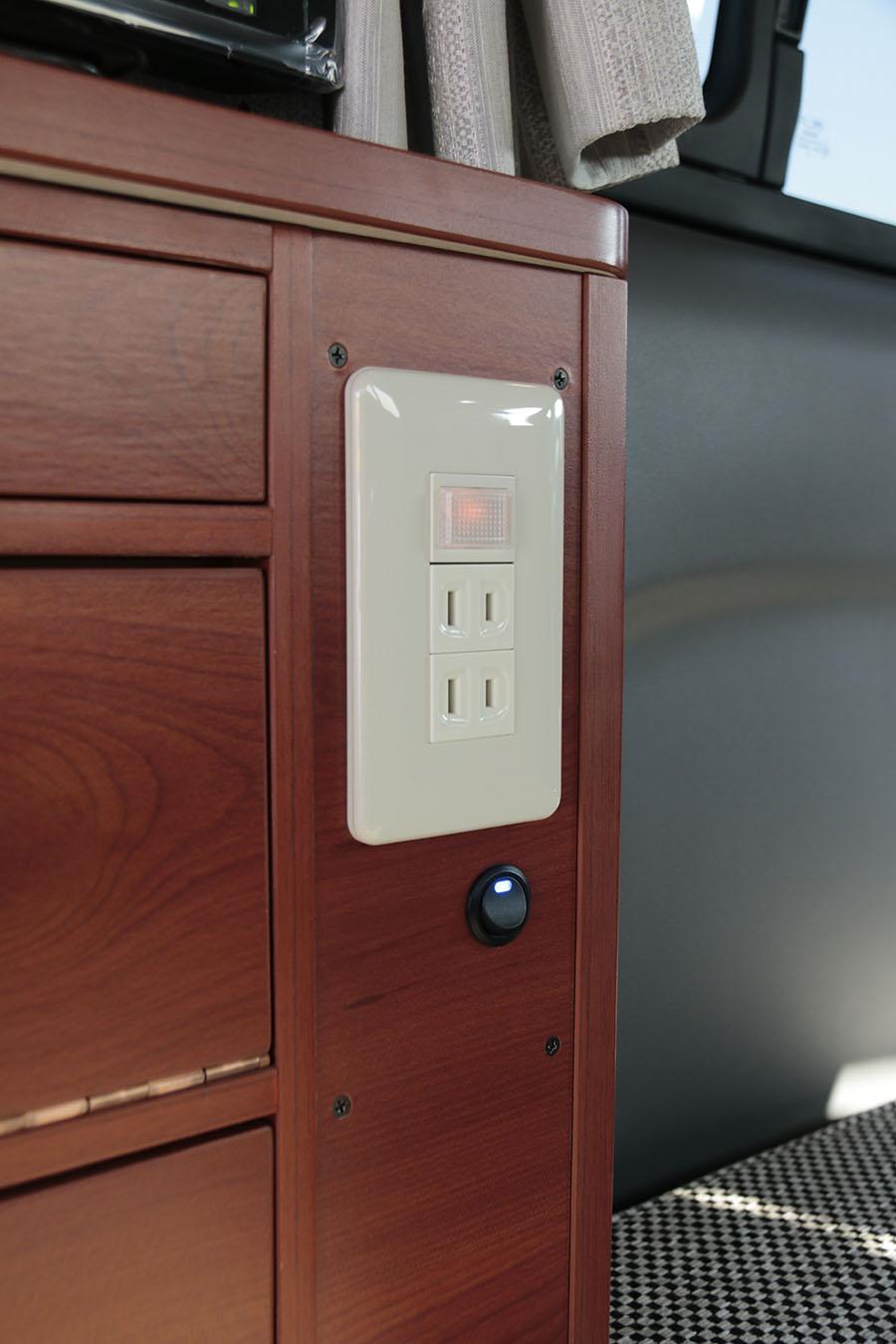 画像: 下側にあるのがインバーターのスイッチ。
