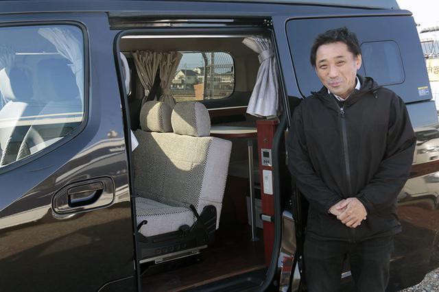 画像: NV200ベースの車中泊カー「キャネル」の使い方を教えてくれる、ナッツ神奈川店勤務の高橋 聡さん。