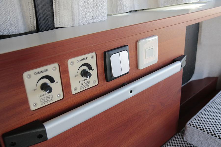 画像: サブバッテリーから接続されている車内灯とそのスイッチ類。明るさを絞りで無段階に調整することも可能。