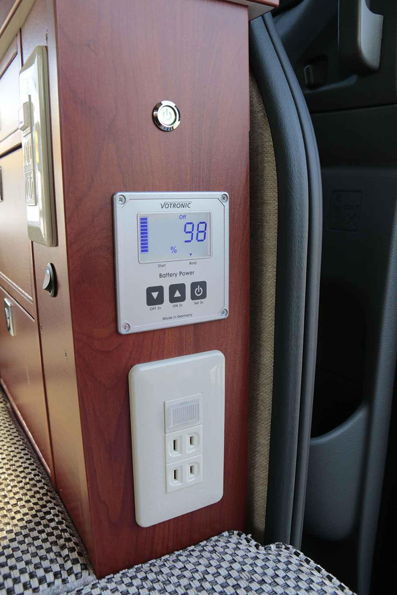 画像: スライドドアの横にある重要な装備。一番上が主電源、中央がサブバッテリーの状況を確認する液晶画面、一番下が車内のAC電源。