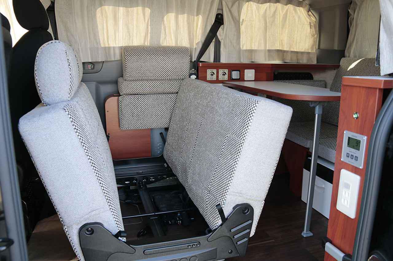 画像: NV200ベースの車中泊カー「キャネル」のシートアレンジを学ぶ。
