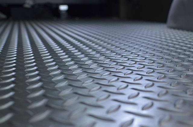 画像: リアラゲッジスペースのフロアは縞鋼板テクスチャーのビニール材を採用。汚れてもすぐに掃除できて、荷物の滑りも軽減してくれる。