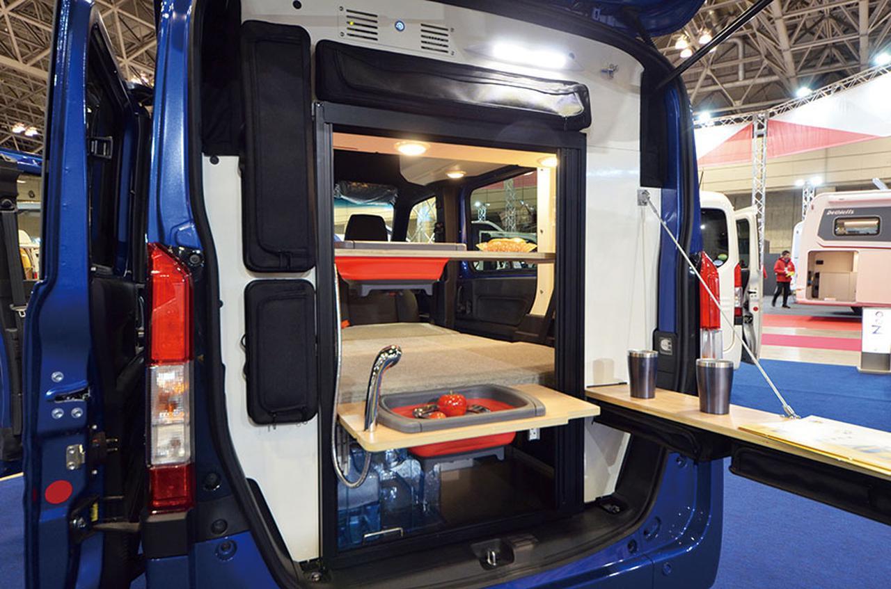 画像: リアのキッチンスペースを車外に展開できるのが最大の特徴。オートキャンプ場での車中泊で大活躍。