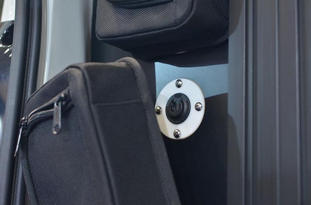 画像: リアサイドに装着されている収納ケースは脱着可能。マグネット式になっていて、簡単にセットできる。