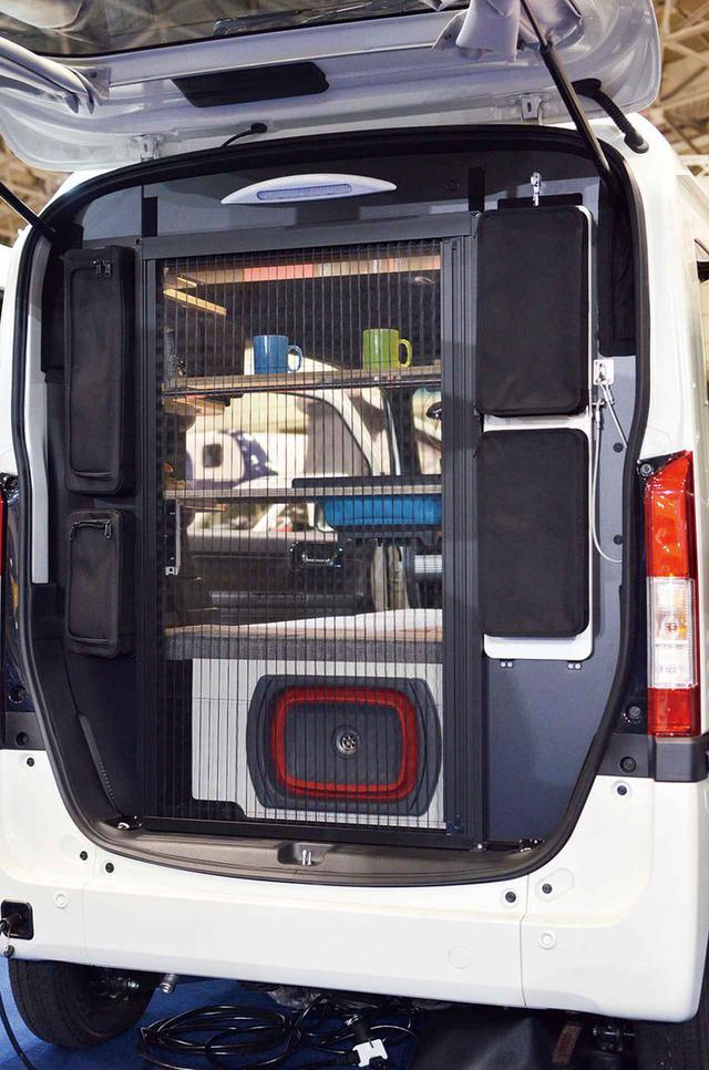 画像: リア側のキッチンは折りたたんで収納可能。簡単に開閉できるシャッター式のバグネットが装着されている。