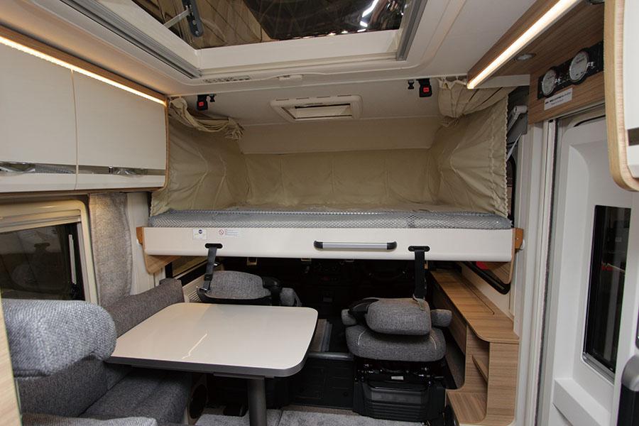 画像: フロント部にはプルダウンベッドを装備。