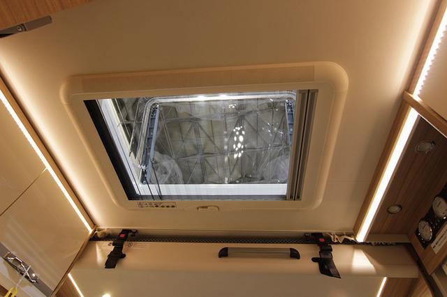 画像: 大型換気扇はオプション装備。