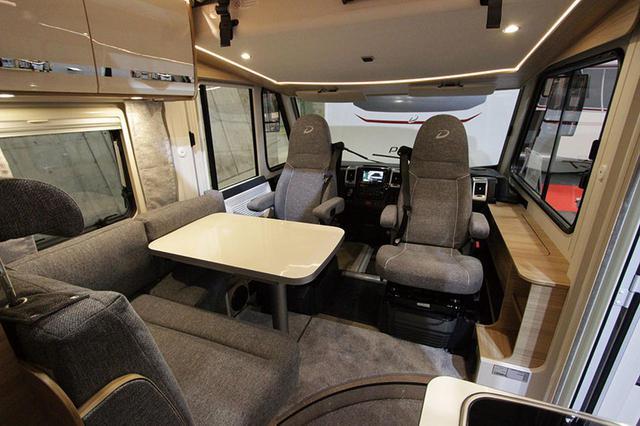 画像: 運転席・助手席が回転し、セカンドシートと合わせて4人分のダイネットになる。