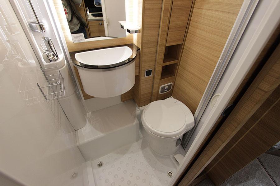 画像: サニタリースペースは輸入車ならではの豪華さ。カセットトイレ、温水シャワー、洗面台など標準装備。