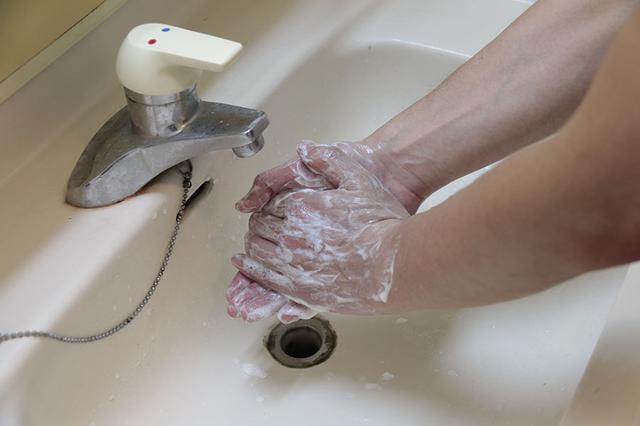 画像: 車内にウイルスを持ち込まない、移動先にウイルスを持ち込まないために手洗いを。