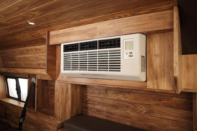 画像2: まるで動くログハウス! 木壁に匠の技がキラリと光る