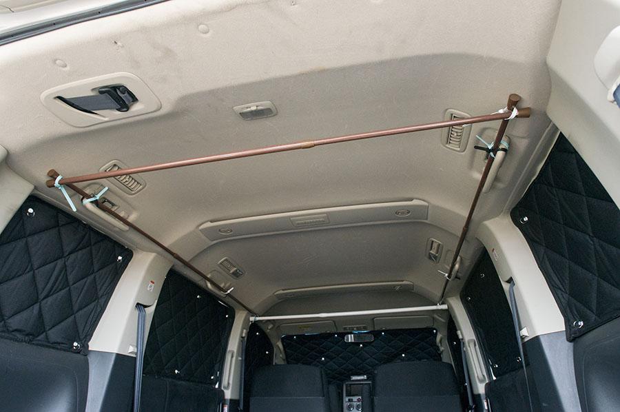 画像: 100均車中泊グッズのDIY、簡易簡易カーテンレール。