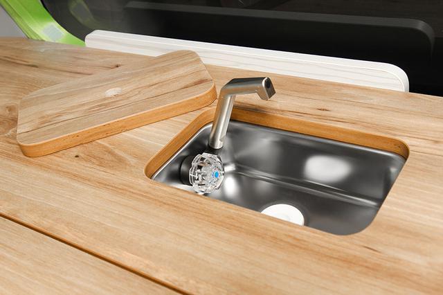 画像: シンクは小型だが、洗面や調理などに重宝する。