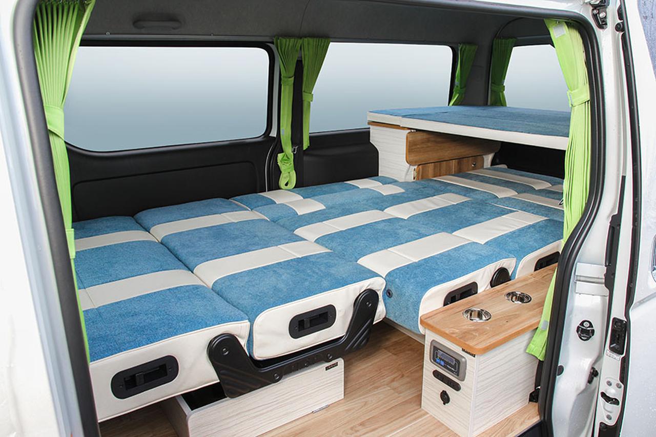 画像: ベッドは大人3名が就寝できる広さ。