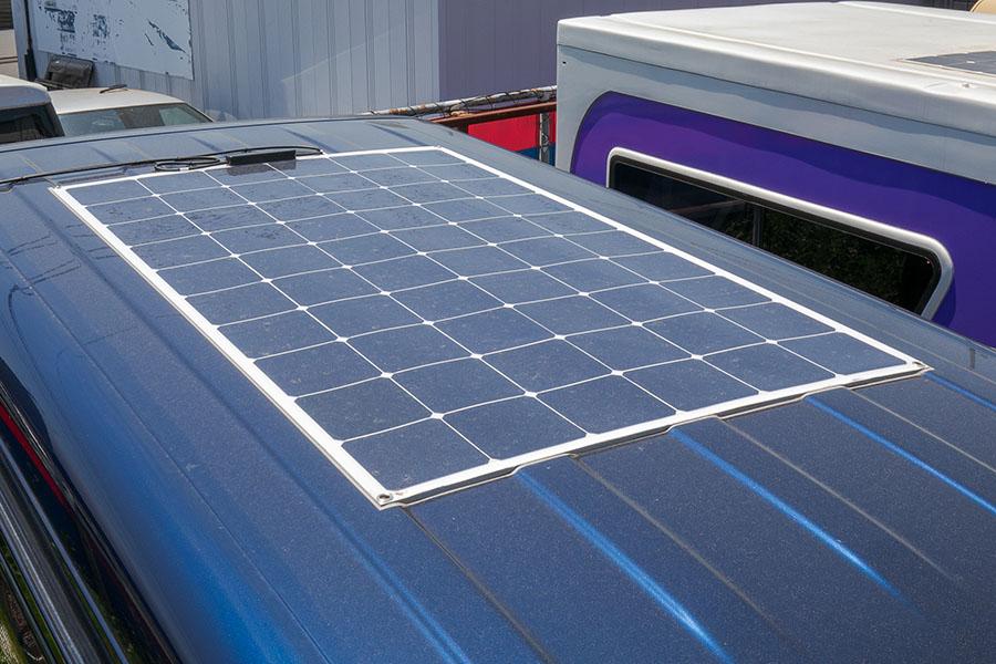 画像: 180Wのソーラーパネルを備えている。MTTP式のコントローラーなので、曇りの日も十分に充電可能だ。