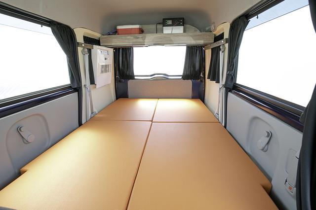 画像: フルフラットにできるベッドマットを装備。カーテンも標準増備だ。