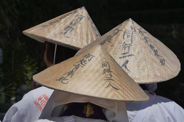 画像: お遍路を旅する人の菅笠に書かれた「同行二人」(どうぎょうににん)。いつも弘法大師がそばで見守ってくれている、という意味でもある。