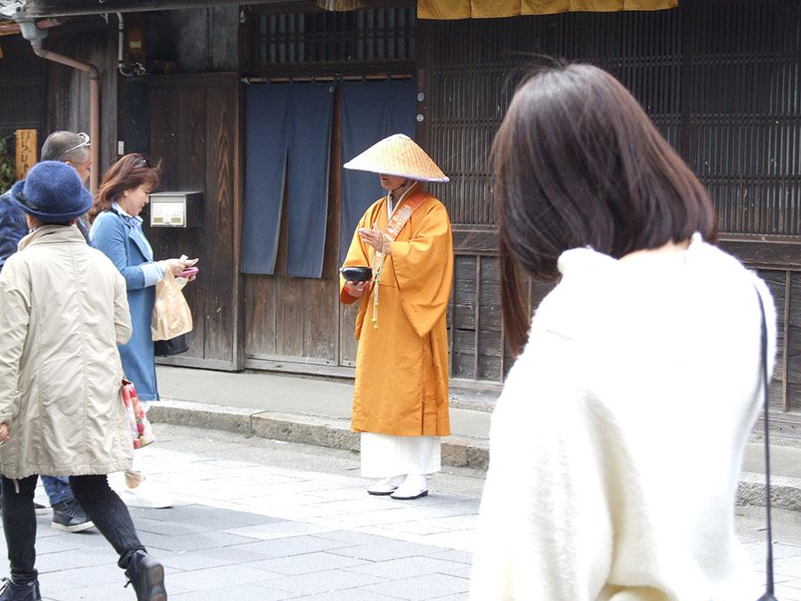 画像: おかげ横丁では托鉢(たくはつ)僧侶の姿も。