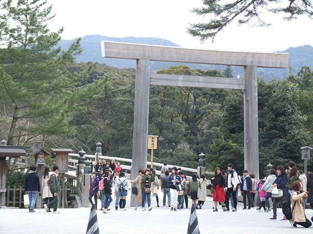 画像: 伊勢は外国人も含め、大勢の観光客で賑わっていた。