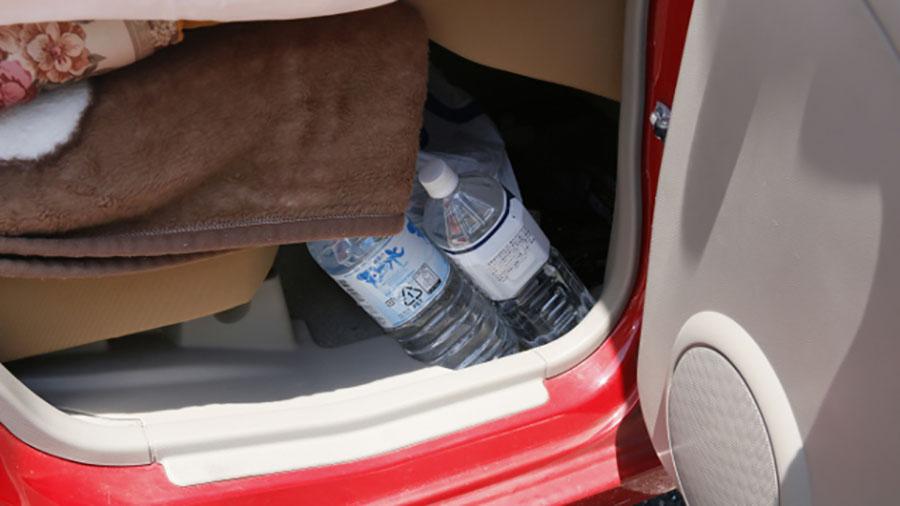 画像: 熊本地震後、長期による車中泊避難をされている方のなかには、エコノミークラス症候群を意識して、水を常備している被災者も。