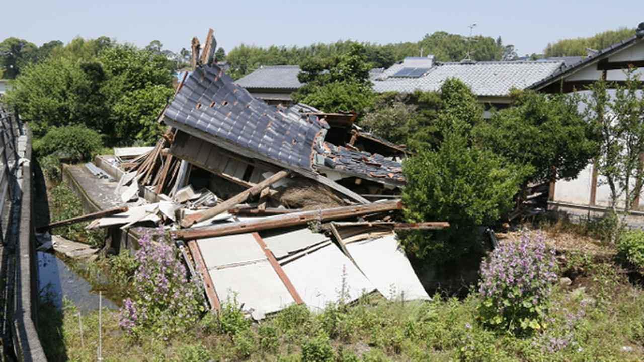 画像: 熊本地震で倒壊した家屋。多くの被災者が車中泊で避難生活を送った。