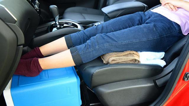 画像: 何はともあれ足を上げて、少しでもフラットな寝床を!