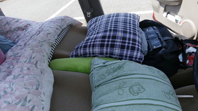 画像: 実際に熊本地震で車中泊避難していた車内。就寝時の姿勢に気をつかっているのがわかる。