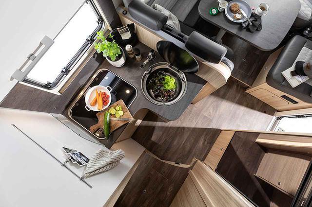 画像: 実用的なバーナーとシンクを装備したキッチン。