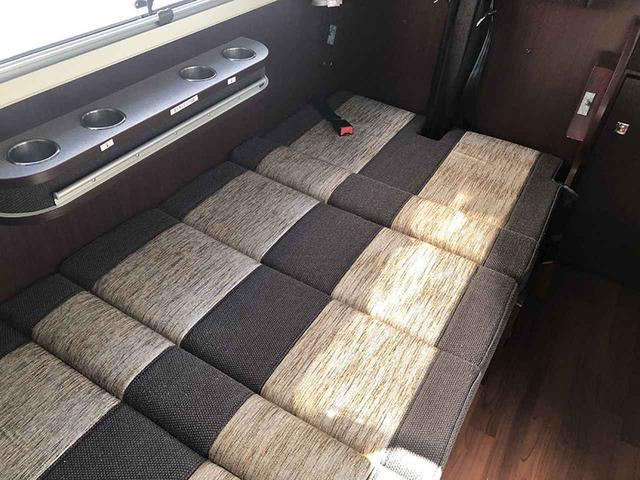 画像: セカンドシートとサードシートを倒せば、後部の常設ベッド以外に1人分の就寝スペースを確保できる。