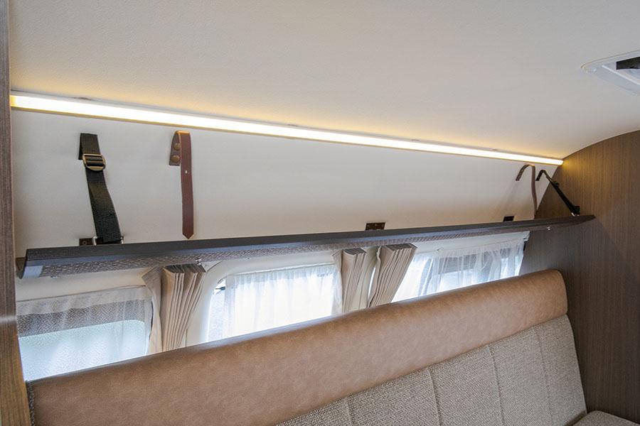 画像: ソファーの上には折り畳み可能な吊り棚を装備。こちらも身の回りの物を置いておくのにちょうどいい。