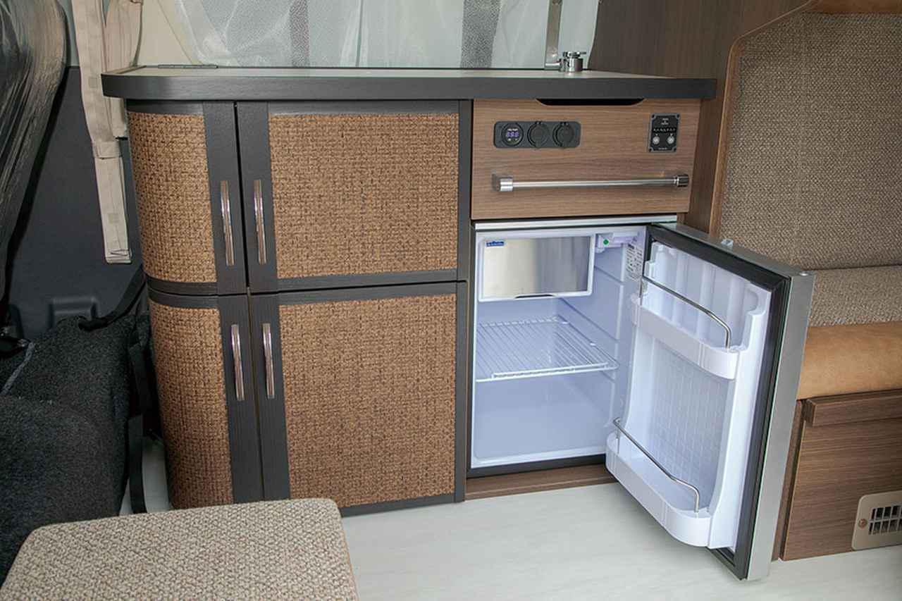 画像: 49ℓサイズの冷蔵庫は、4名1日分の食品をストックできるので実用的。