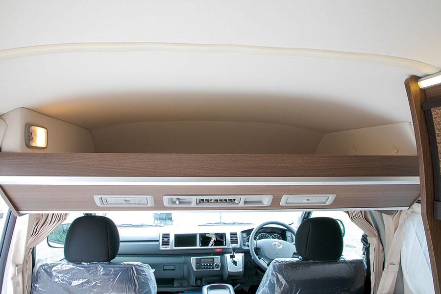 画像: バンコンでも、バンクスペースをしっかり確保。人数分の寝具を収納できる。