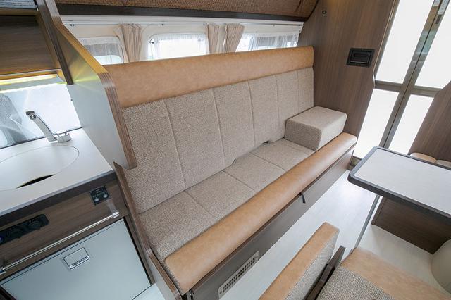 画像: ソファーはシートバックが大型なので、ゆったりとくつろぐことができる。ミッドセンチュリー調の内装も落ち着く。
