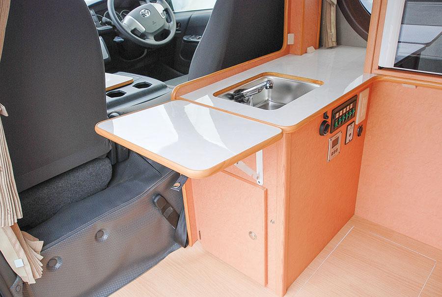 画像: シンク内蔵のキッチンは、コンロを置いたり、調理台として使うことができる。