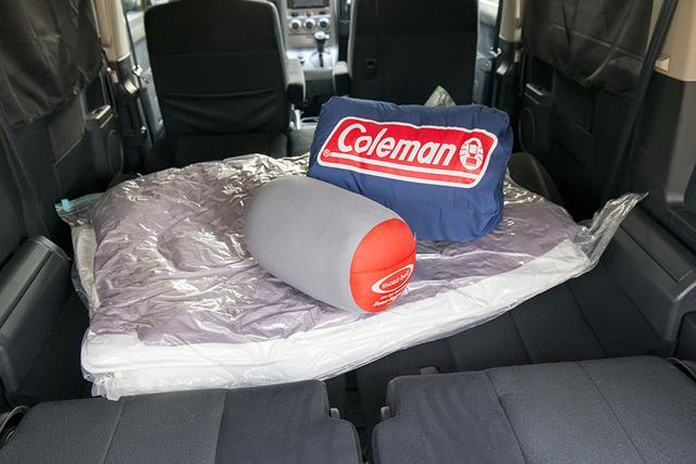 画像: 車中泊の寝具は、寝袋か布団を用意
