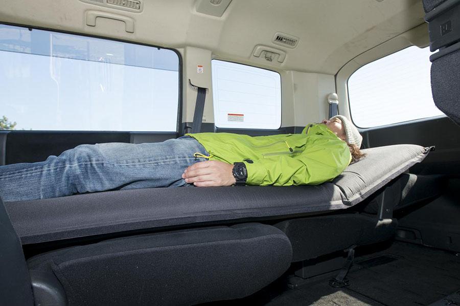 画像: マット類も車中泊で用意しておきたいグッズのひとつ。