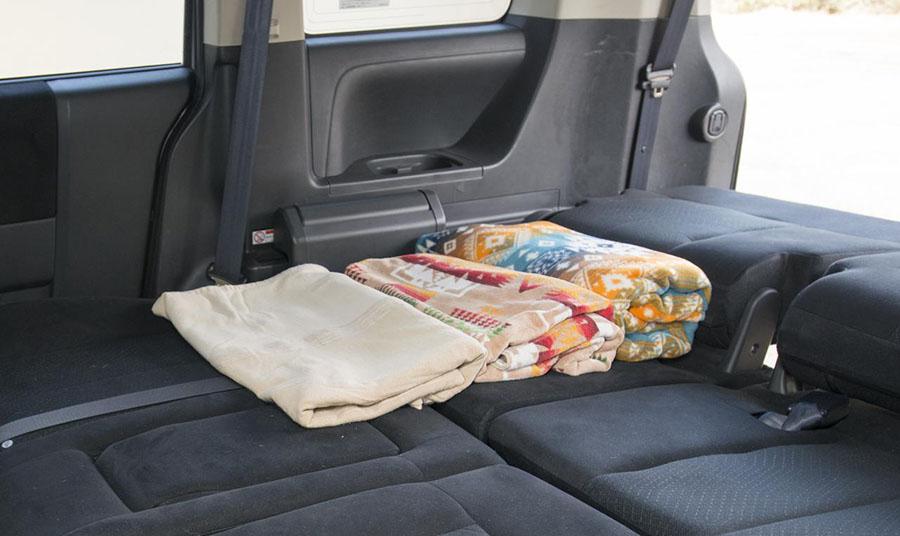 画像: 車中泊の必需品のひとつが、タオルやブランケットなどの布類。