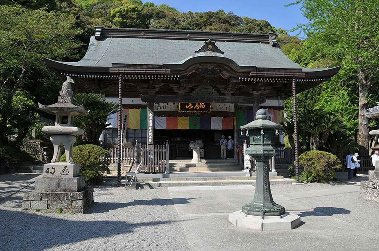 画像: 10番札所 切幡寺/ハサミと布を持つ娘をモチーフにした千手観音菩薩像が置かれるお寺