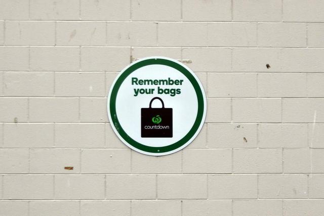 画像: とあるスーパーマーケットの駐車場の壁で見つけた案内板。マイバッグはいつも車に積んでいるけど、お店に入るときついつい忘れてしまう僕にとってはありがたい。日本のマーケットにもこれが欲しい。